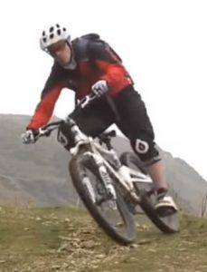 Forma de tomar las curvas con una bicicleta de montaña